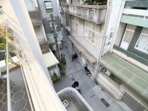 豪華四人房_室內空間_戶外陽台俯視巷弄