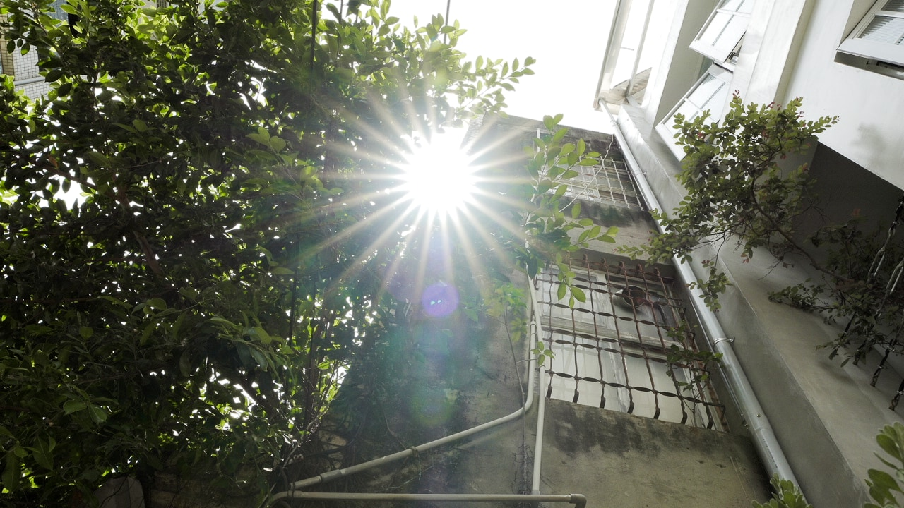 陽光灑落在納春公寓民宿